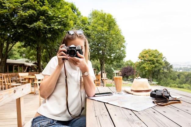 Vue frontale, de, a, femme prenant photo