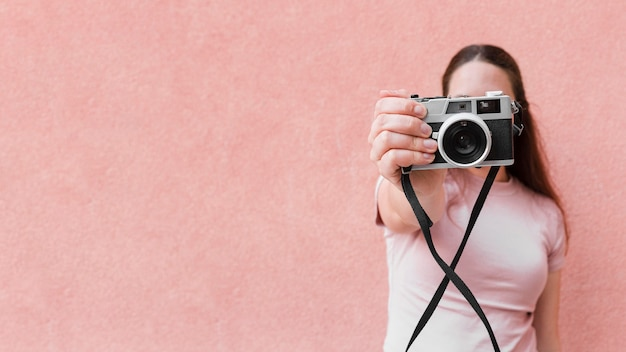 Vue frontale, de, femme, prendre photo, à, appareil photo, et, espace copie