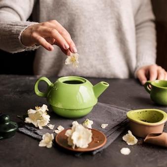 Vue frontale, de, femme, préparer, thé, concept
