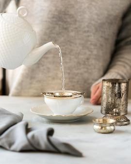 Vue frontale, de, femme, préparer, thé lait