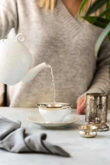 Vue frontale, de, femme, préparer thé