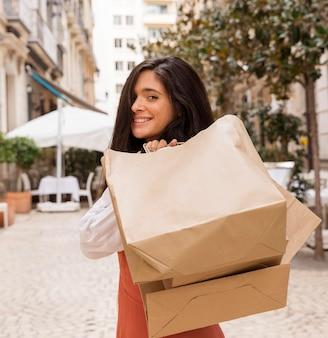 Vue frontale, de, femme, à, sacs provisions