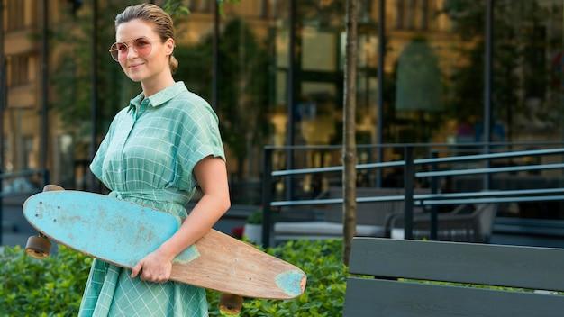 Vue frontale, de, femme, à, skateboard