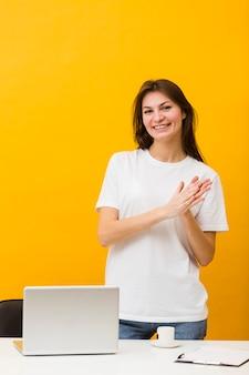 Vue frontale, de, femme souriante, à, ordinateur portable, côté, elle