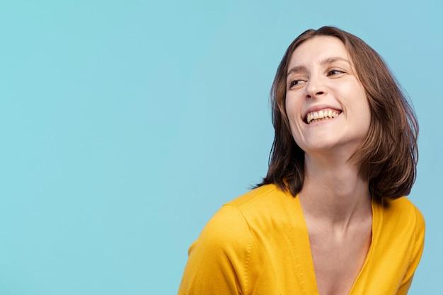 Vue frontale, de, femme souriante, poser, à, espace copie