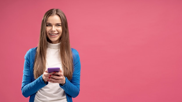 Vue frontale, de, femme souriante, tenue, smartphone