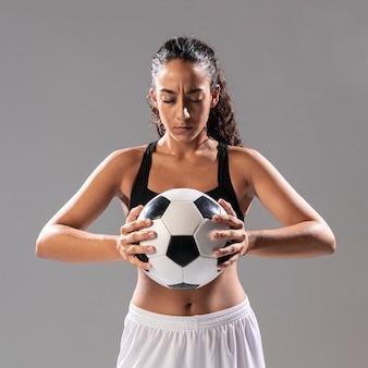 Vue frontale, femme, sportswear, tenue, balle