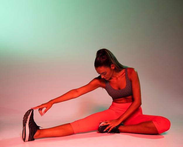 Vue frontale, de, femme, stretching