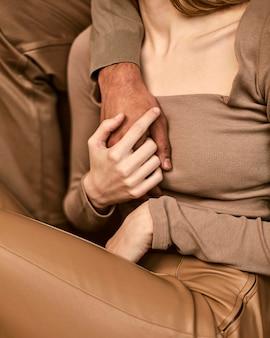 Vue frontale, de, femme tenant la main de l'homme