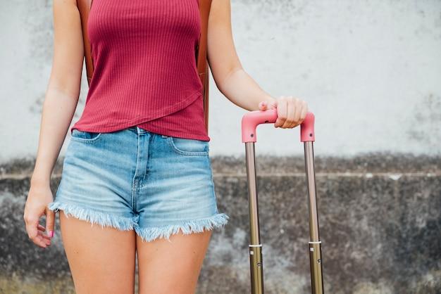 Vue frontale, de, femme, tenant valise, poignée