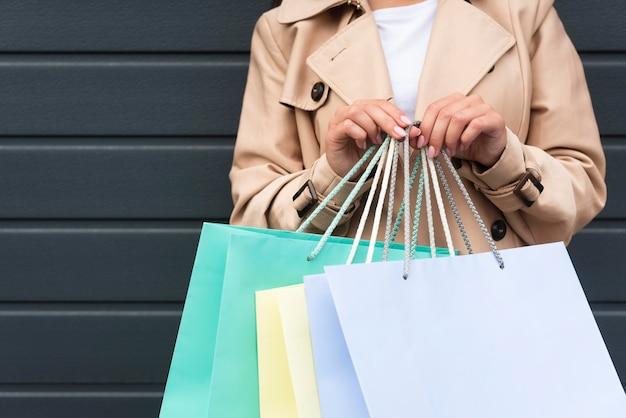 Vue frontale, de, femme, tenue, beaucoup, sacs provisions