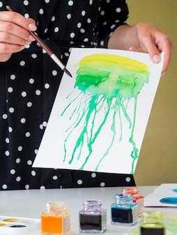 Vue frontale, de, femme, tenue, papier, à, aquarelle