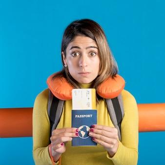 Vue frontale, femme, tenue, passeport