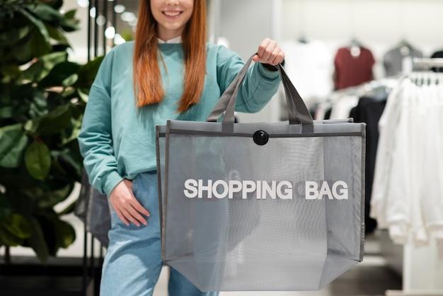 Vue frontale, femme, tenue, sac shopping