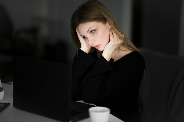 Vue frontale, de, femme travaillant, à, ordinateur portable