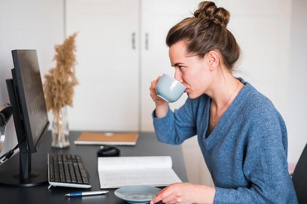 Vue frontale, de, femme, travailler bureau