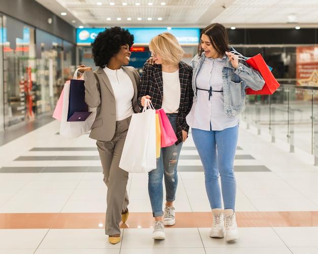 Vue frontale, femmes, tenue, sacs provisions