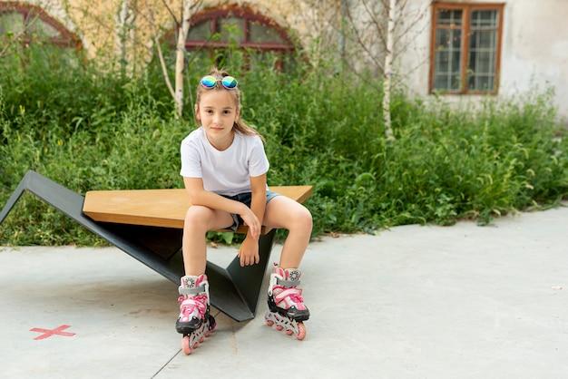 Vue frontale, de, fille, à, patins à roues alignées