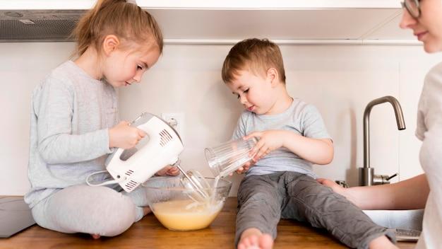 Vue frontale, de, frères soeurs, cuisine, chez soi