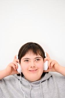 Vue frontale, garçon, écouter musique