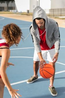 Vue frontale, de, garçon fille, jouer basket-ball
