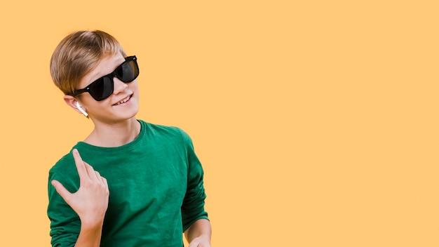 Vue frontale, de, garçon, à, lunettes soleil, et, espace copie