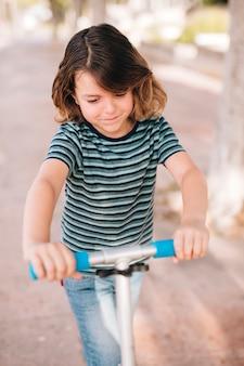 Vue frontale, de, garçon, à, scooter