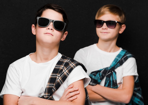 Vue frontale, de, garçons, à, lunettes soleil