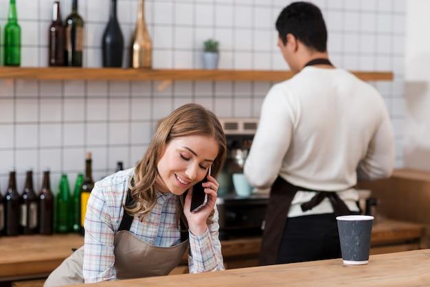 Vue frontale, de, girl, conversation téléphone