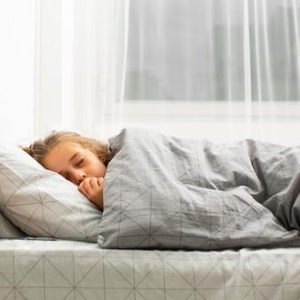 Vue frontale, de, girl, dormir, dans lit