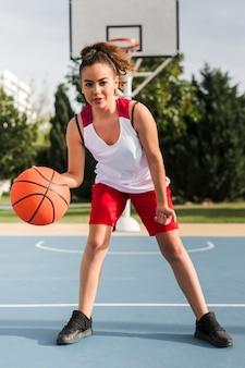 Vue frontale, de, girl, jouer basket-ball