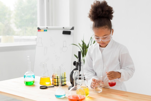 Vue frontale, de, girl, scientifique, expérimenter, à, potions