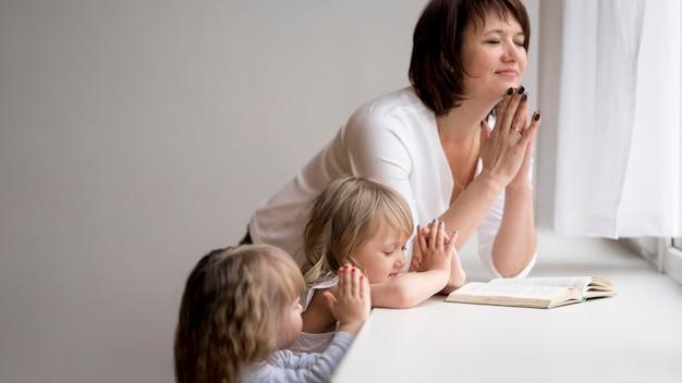 Vue frontale, de, grand-mère, et, petites-filles