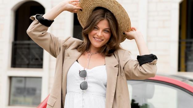 Vue frontale, heureux, femme, tenue, chapeau