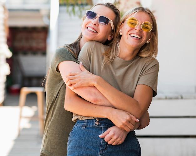 Vue frontale, heureux, jeunes femmes, sourire