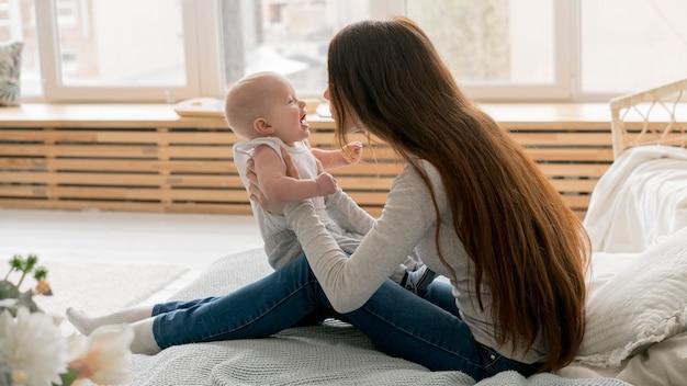 Vue frontale, de, heureux, mère enfant