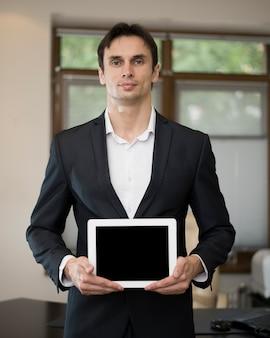 Vue frontale, de, homme affaires, tenant tablette