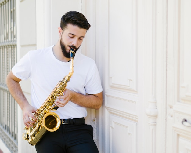 Vue frontale, homme jouant, sax