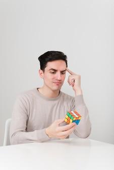 Vue frontale, homme résoudre, rubiks, cubs