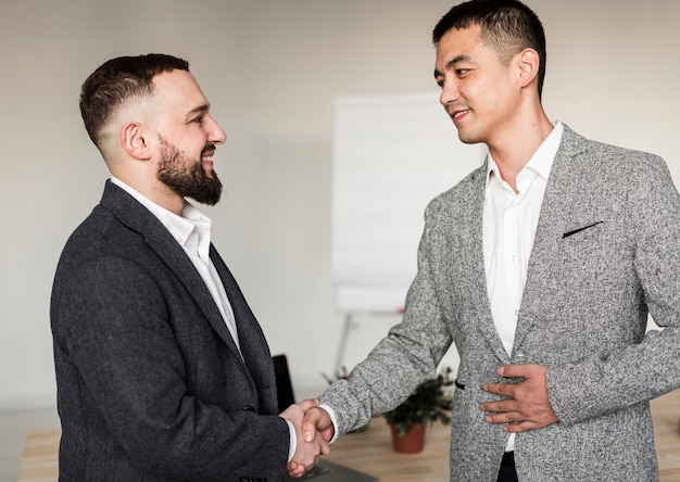 Vue frontale, de, hommes affaires, conversation