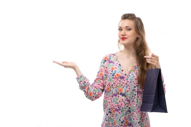 A, vue frontale, jeune, belle femme, dans, fleur, conçu, chemise, et, pantalon noir, tenue, achats, paquets, sourire