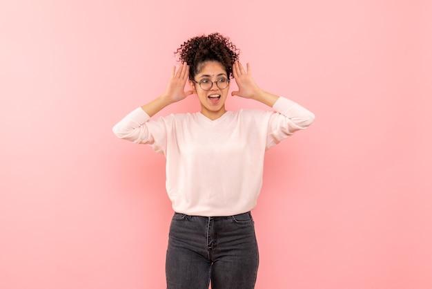 Vue frontale, de, jeune femme, excité, sur, mur rose