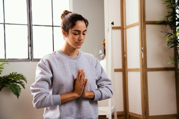 Vue frontale, de, jeune femme, faire, yoga, chez soi