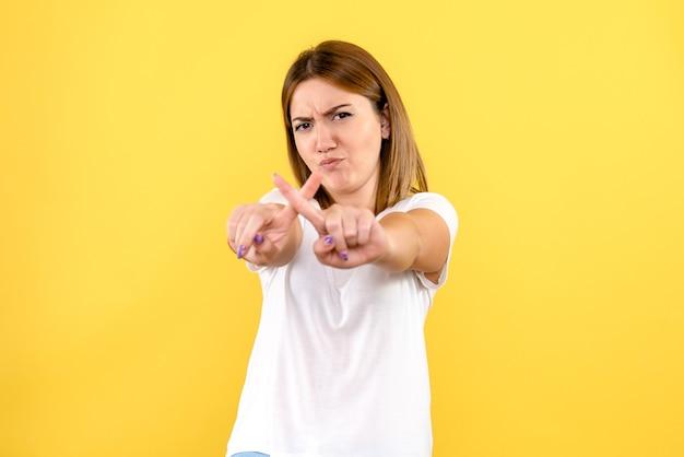 Vue frontale, de, jeune femme, sur, mur jaune
