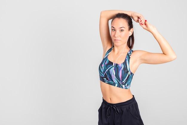 Vue frontale, jeune femme, stretching, avant, entraînement