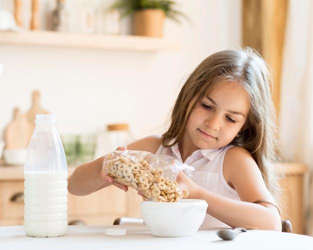 Vue frontale, de, jeune fille, manger, céréales