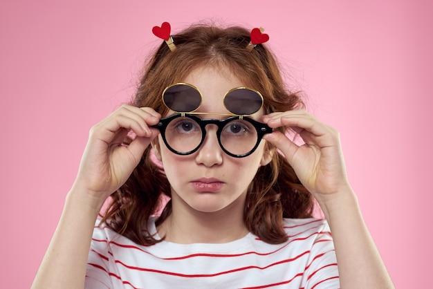 Vue frontale, de, jeune fille, à, tresses, et, lunettes soleil