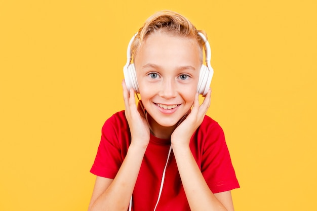 Vue frontale, jeune garçon, écoute, musique