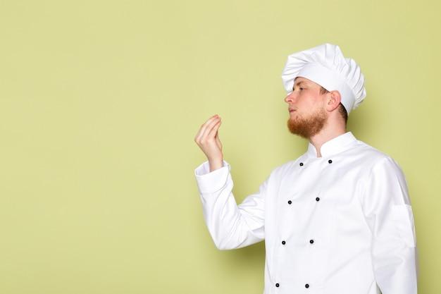 A, vue frontale, jeune, mâle, cuisinier, dans, blanc, cuisinier, complet, tête blanche, casquette