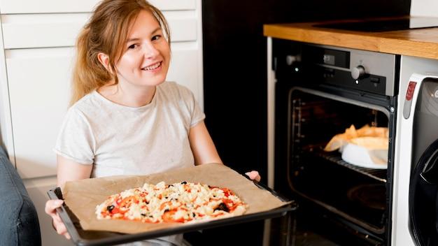 Vue frontale, de, mère, cuisine, chez soi